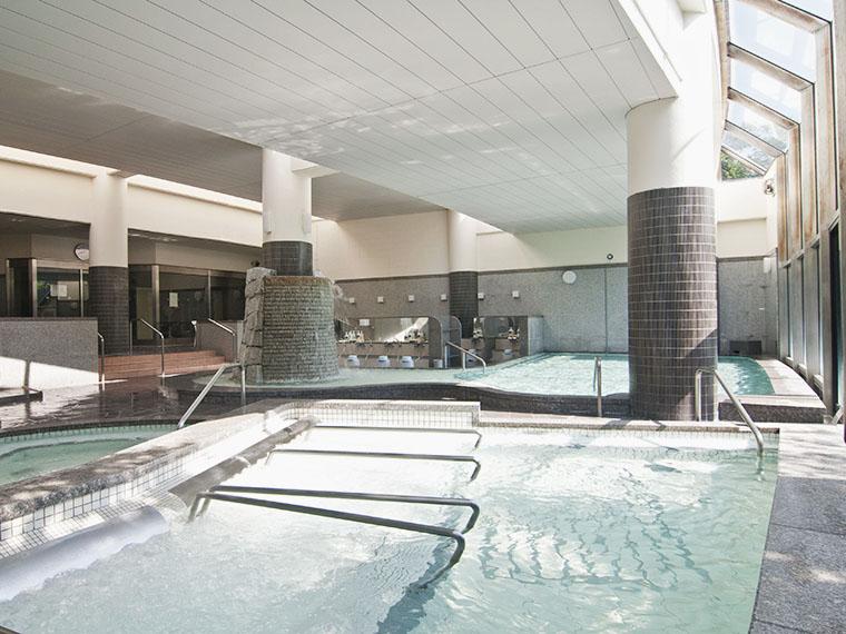 広々とした大浴場には種類豊富な浴槽があります