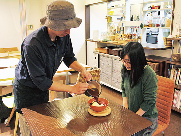 「maruho cafe風ぜんざい」(756円)。アイスや餅、冷凍イチゴの上に、目の前で 自家製あんこをたっぷり注いでくれる