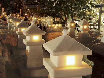 雪の灯篭300基&雪ぼんぼり1,000個が幻想的に灯る