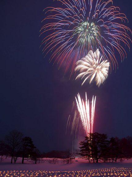 冬の澄んだ夜空に打ち上げられる花火は格別
