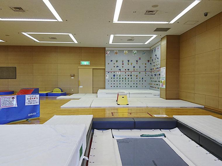 軽運動室。トランポリン、ボルダリングボードもある(利用時間9:00~20:50)