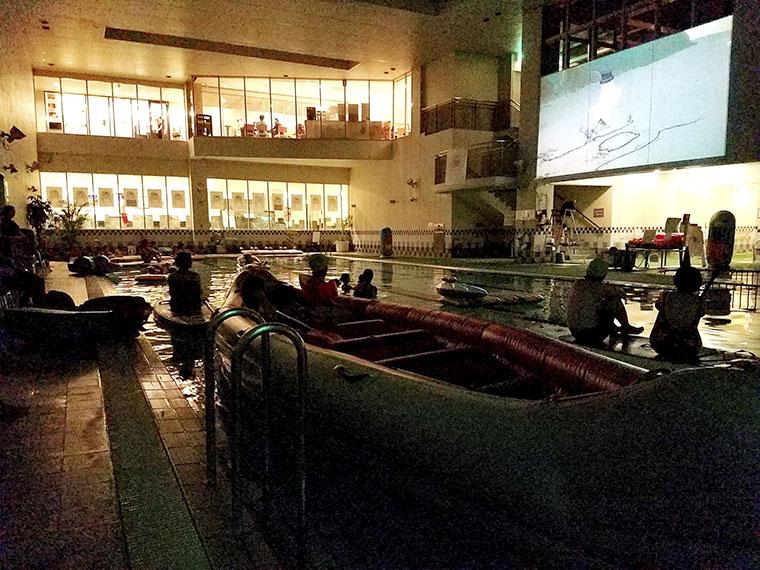 昨年のイベントの様子。温水プールに入りながら映画鑑賞!