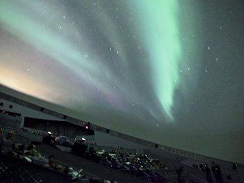 迫力の大画面で、アラスカのオーロラを生中継!