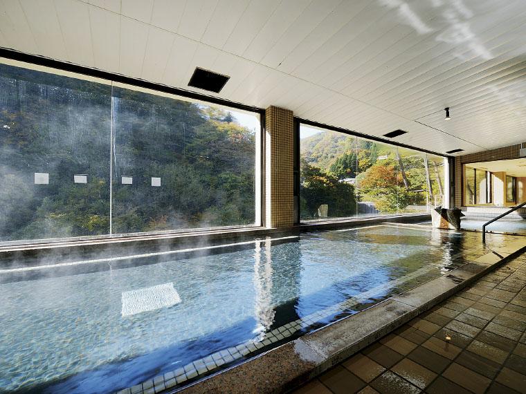 ダイナミックな自然を眺めながら入る展望大浴場「瀧の湯」。多彩な温泉が魅力