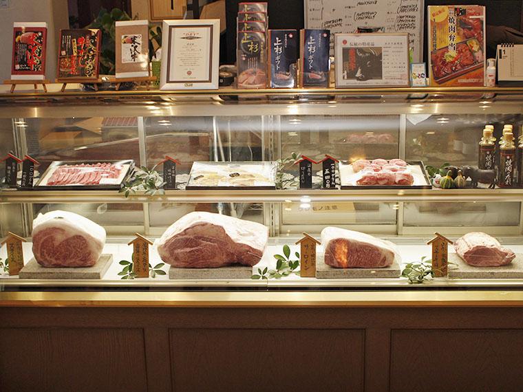 入店するとすぐに肉のショーケースが!ダイナミックな米沢牛の肉塊たちが鎮座している…