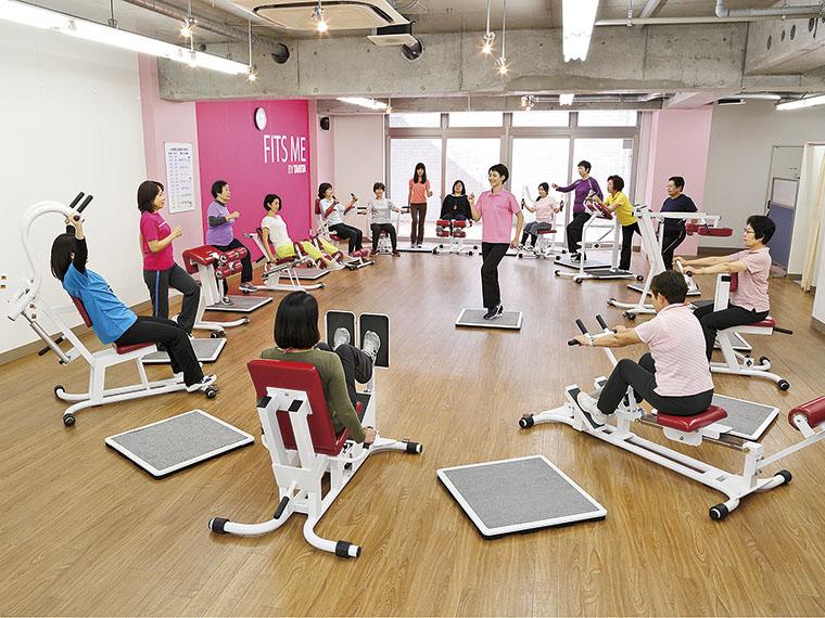 お手軽30分エクササイズ。トレーニングはたったの30分!軽快な音楽にのせて、有酸素運動のウオーキングと、各種筋力トレーニングを30秒ずつ交互に繰り返すことで、短時間で様々な効果が出るように考えられている。有酸素運動で身体の引き締めはもちろん、内臓脂肪などの脂肪を燃焼。さらに筋力トレーニングで筋肉の割合を増やし基礎代謝を高め、脂肪燃焼効率の良い身体を作る。