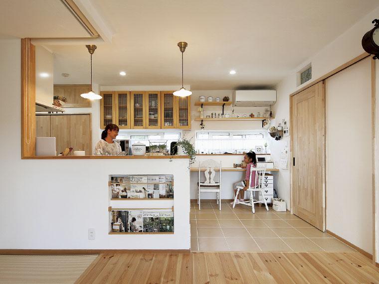 キッチンカウンターにスタディスペースを設けて。料理中も目が届くので安心