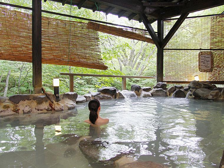 「かわせみの湯」露天風呂(写真は6月撮影)。中ノ沢温泉は、国内トップクラスの湧出量を誇ります