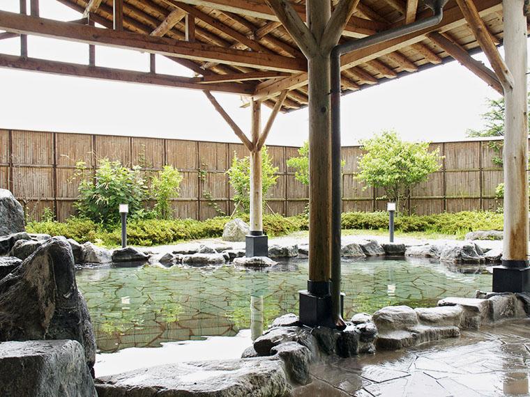 晴れた日には、磐梯山も眺められる露天風呂。冬は雪見風呂も!