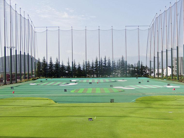 練習場は手前50ヤードが芝になっているのでコース感覚で練習ができる