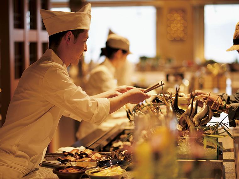 今までにない、上質なコース仕立てのビュッフェ。料理人が目の前で「あなたのための一皿」を手づくりで出してくれる