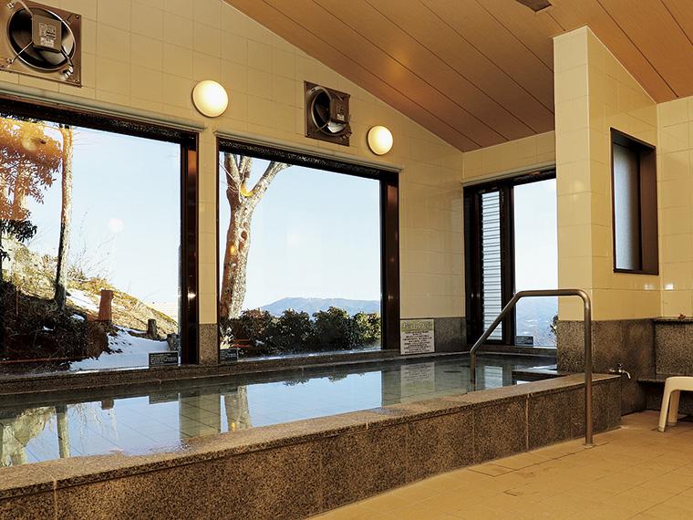 天然鉱石「ブラックシリカ」を沈めた癒しの展望風呂は2つあり、男女入れ替え制