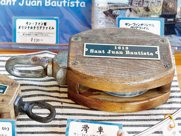 ショップではオリジナルグッズを販売。復元船で実際に使われていた「滑車」(5,000円・中央)