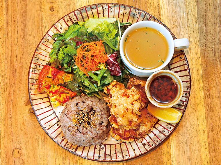 「名物!鶏のから揚げセット」(1,080円)。特製鶏から揚げ、日替わりスープ、日替わり副菜、サラダ、ミニデザート、ドリンク(14種からチョイス)のセット