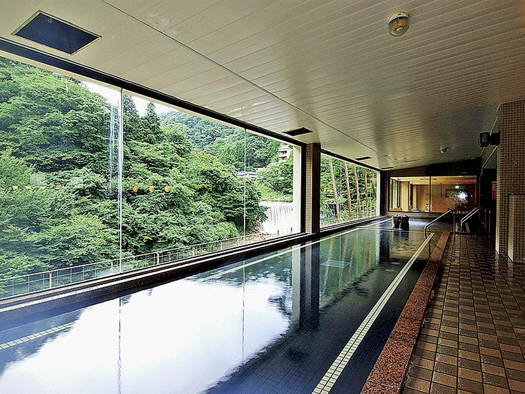 6階にある展望風呂「瀧の湯」の大浴場。露天風呂も併設している