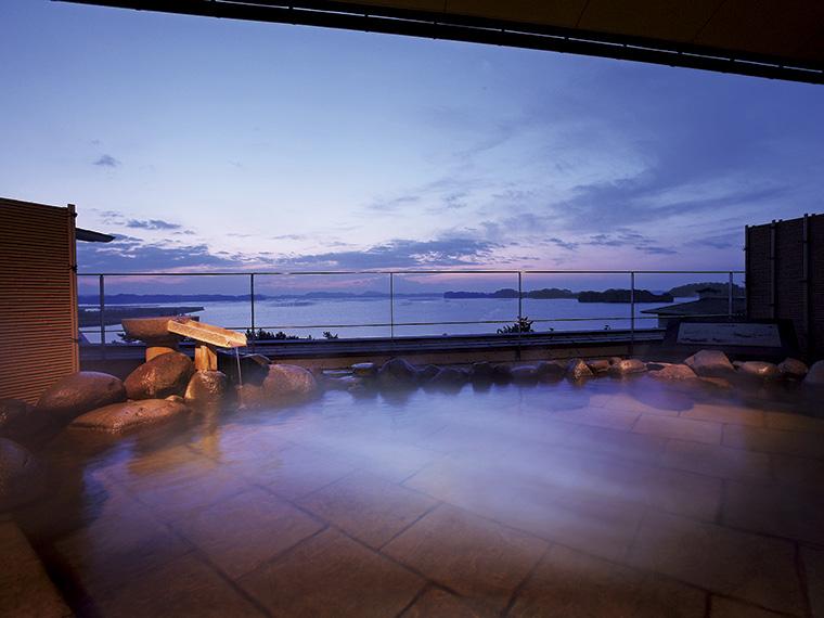 露天風呂から眺める日の出前の松島湾。海の色と空の色が一つになる瞬間の感動は旅の思い出の一つに