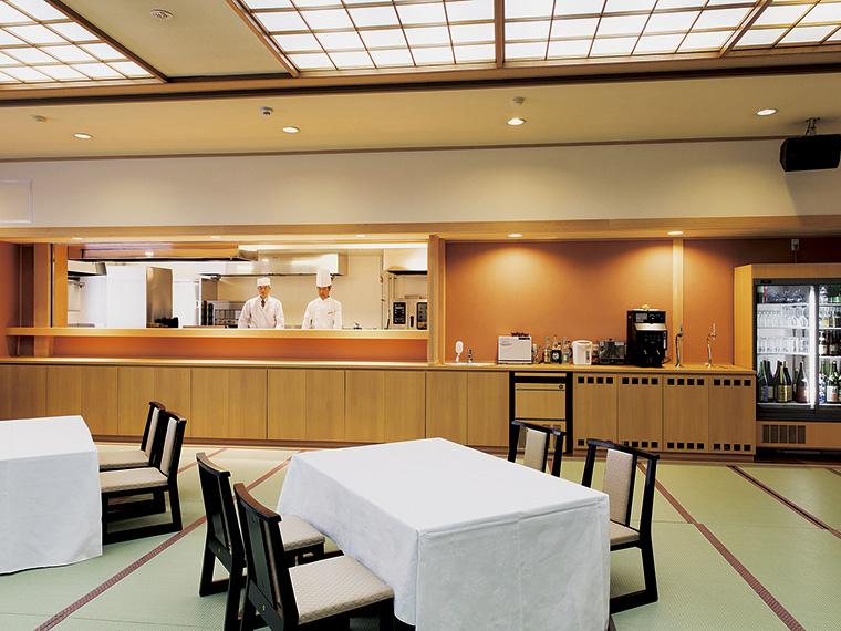 リニューアルしたばかりの「和風ダイニング飛泉」。オープンキッチンから1皿ずつ運ばれてくる和食のコース料理が楽しめる