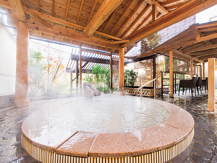 女性露天風呂「絹の湯」。微細気泡が身体をやわらかく包む