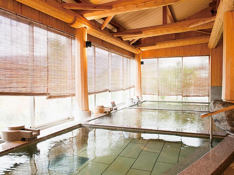 肌にやさしい単純温泉が満ちる内湯。湯温の異なる浴槽が並ぶ