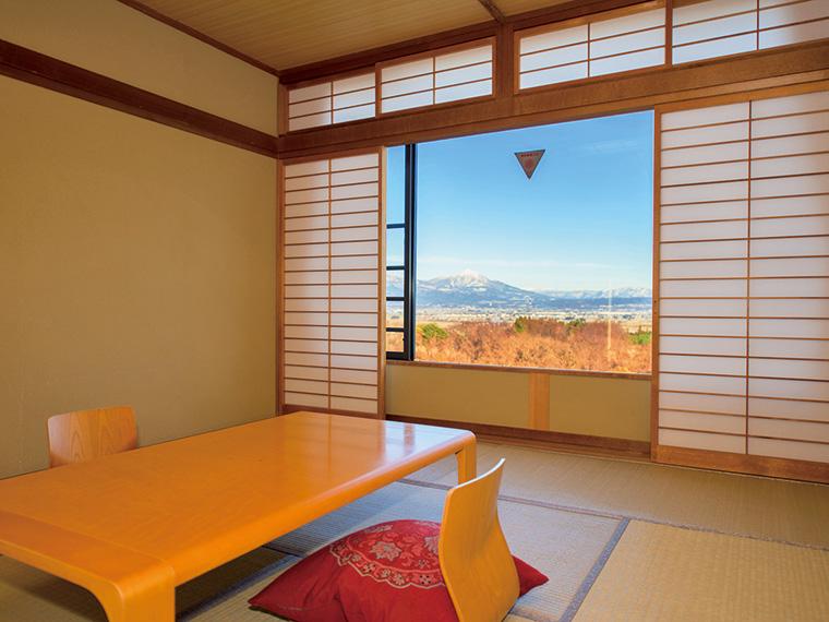 『ほっとぴあ新鶴』の宿泊用客室は和洋2タイプ。全ての和室から、美しい会津盆地の景色を一望できる
