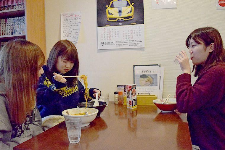 油井杏奈さん(左)、佐藤亜耶さん(中央)、岡本千尋さん(右)
