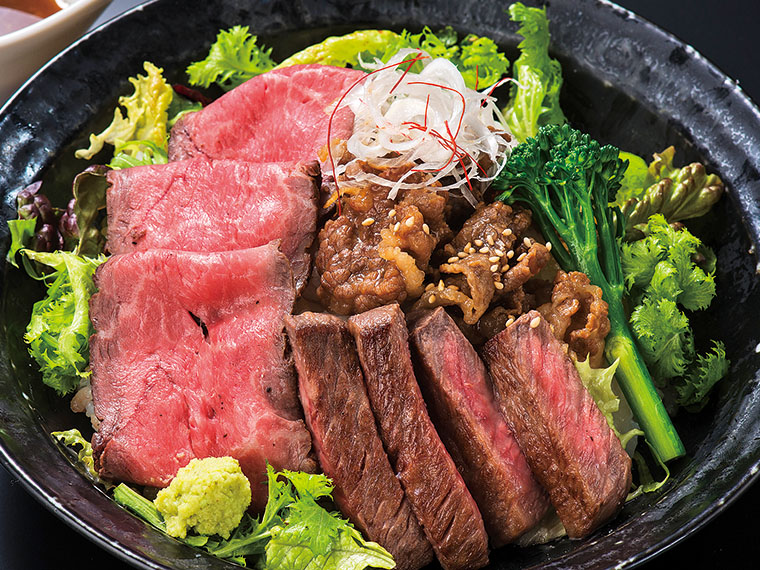 おすすめの「贅沢三種盛り丼」(1,980円)。肉の選定からこだわる「牛毘亭(ぎゅうびてい)」。必食の逸品が揃う!