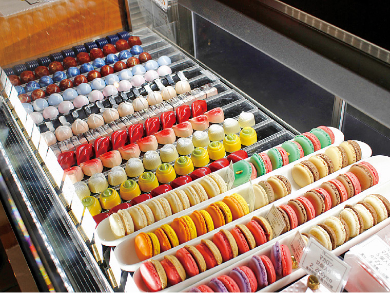 フランス産とベルギー産のチョコレートを使用したボンボンショコラ(1粒172円)と色鮮やかなマカロン(1個162円)がずらりと並ぶ
