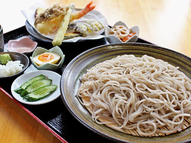 プリッと食べごたえのある大海老の天ぷらも付く「上黄金そば」(1,800円・税別)