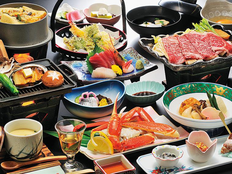 宿泊プランの夕食の一例。旬の食材を使いボリュームにも大満足