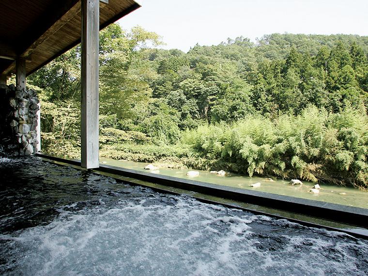 川沿いの露天風呂「月下美人の湯」。目の前に広がる名取川と渓谷が織り成すダイナミックな景観が人気