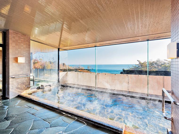 大きな窓から太平洋と三崎公園の風景が楽しめる展望大浴場。天気が良いときれいな水平線も眺められる
