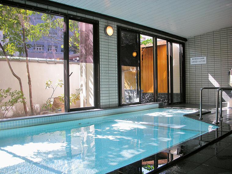 大きな窓から光が降りそそぎ、開放感たっぷりの大浴場は広さも自慢