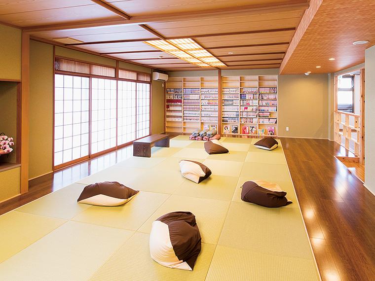 マンガや雑誌を読んだり、寝転んだりと、のんびり過ごせる大広間。館内には、無料Wi-Fiも完備