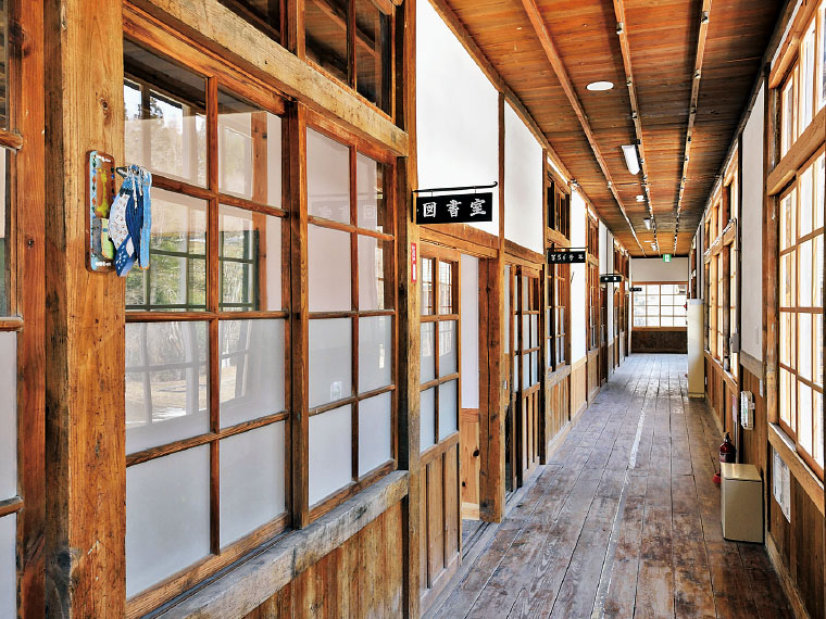 継木された柱、歪みのあるレトロなガラスなど、温もりを感じる校舎