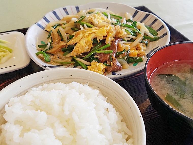 「にらレバ定食」(860円)