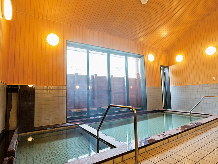 天井が高く、開放感のある浴室。湯の温度が異なる2つの湯船が並びます