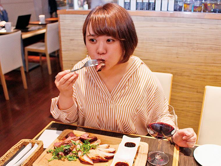 (マーヤ)コレおいしいね! (彼氏)ホントだね!いっぱい食べなね。