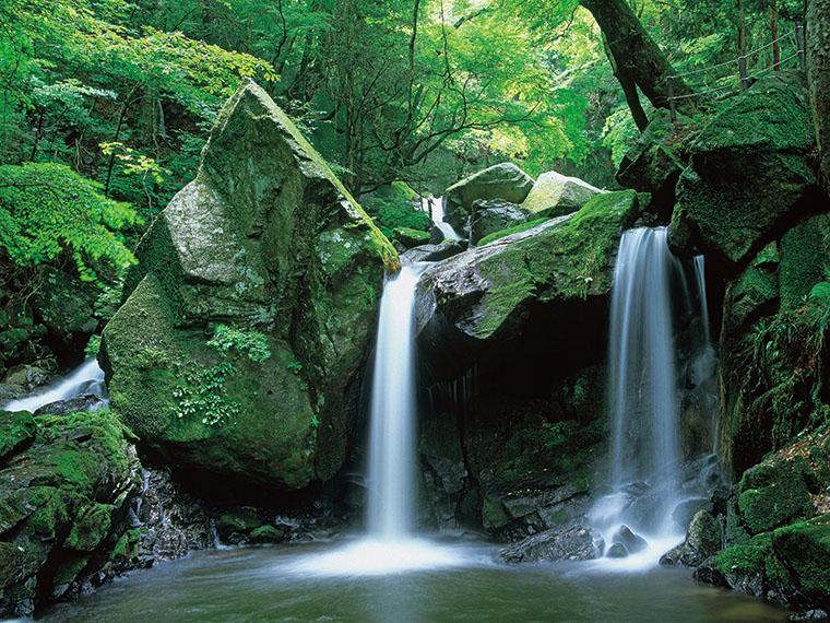 大岩の間から流れ出る景観が美しい「おぼろ滝」