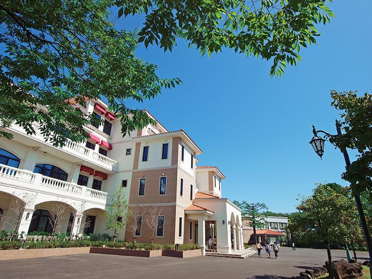 自然に囲まれた「宮代キャンパス」。本館の「カーサ・ビアンカ」はまるで外国のような雰囲気!