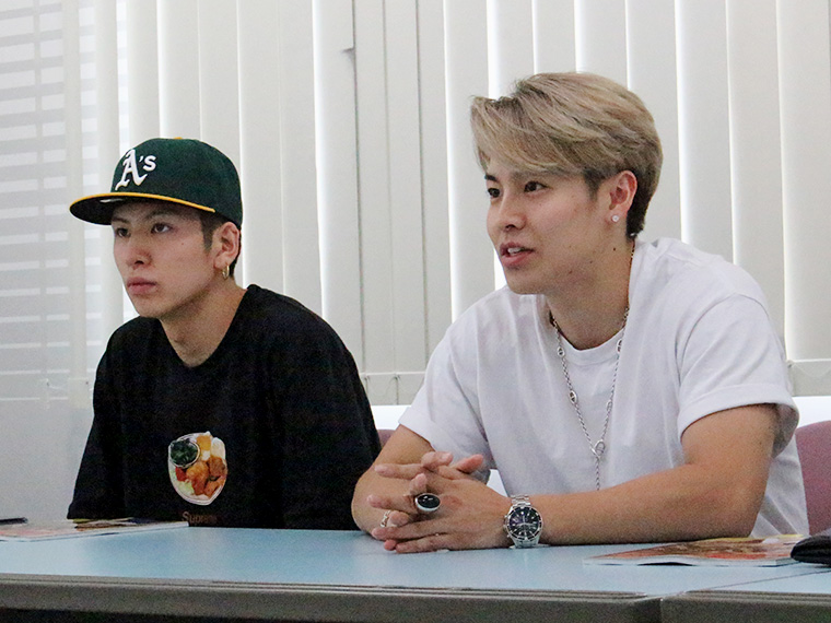 長谷川慎(左)、RIKU(右)