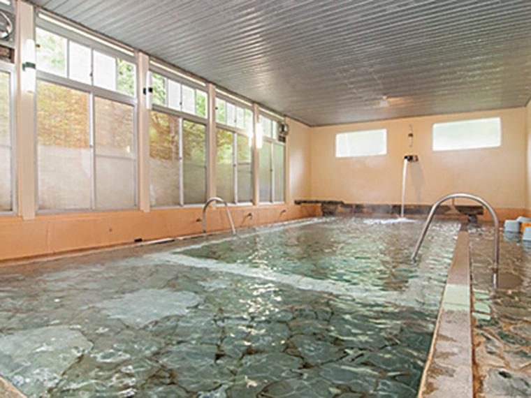 長さ約10m、幅約4mもある、立ち湯「万人風呂」