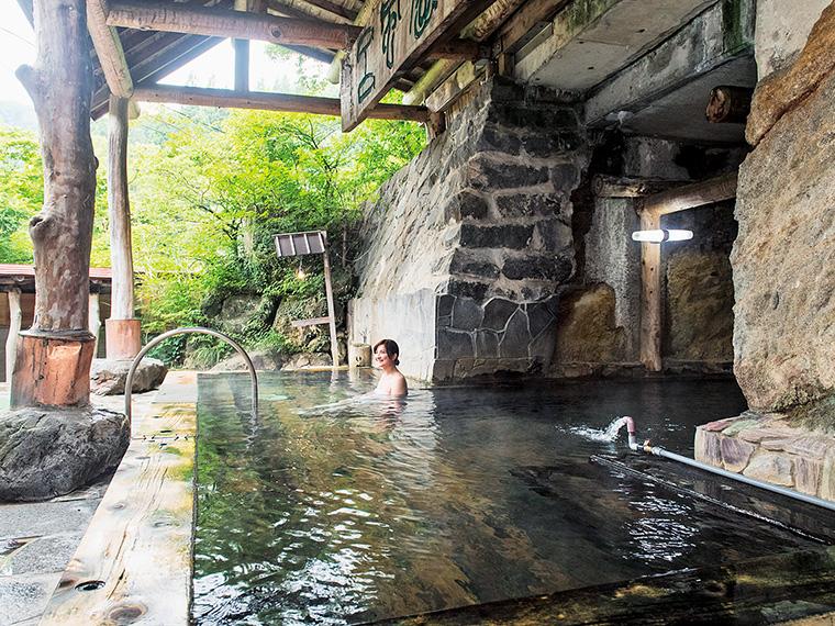 名物の「半天嵒窟(はんてんがんくつ)風呂」。無色透明のサラリとしたお湯が肌にやさしくなじみます