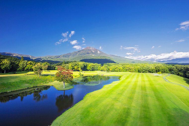 磐梯山や猪苗代湖を望む、リゾート内のゴルフコース