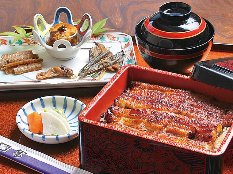 「鰻食べつくし兜骨肝鰭(とうこつかんき)」は独自の調理法で作る4品。 骨せんべい、ひれのせんべい、肝の塩焼き、かぶとの煮こごり