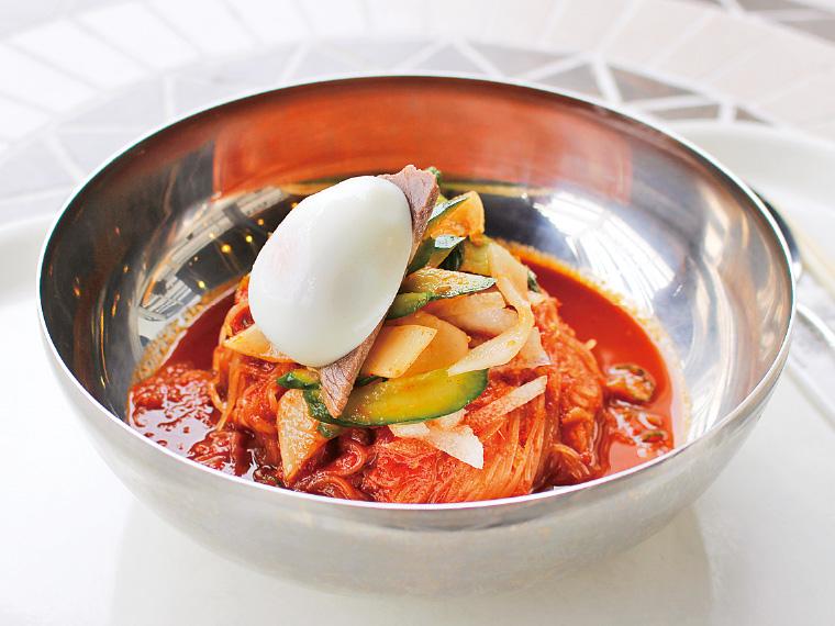 フードコート『杜のキッチン』で食べられる、『ぴょんぴょん舎 オンマーキッチン』の「ピビン冷麺」(900円)。盛岡冷麺ならではの、コシが強い細麺に、まろやかな辛さのスープがよく絡む