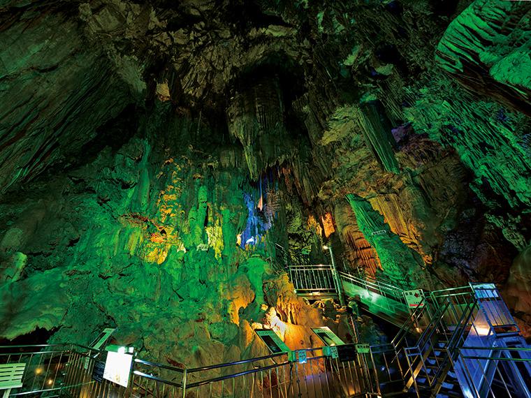 全長約600mのあぶくま洞の中で最大の見どころともいえる「滝根御殿」。その高さは約29m。壮大で幻想的な世界観を体感したい。入場料は大人1,200円、中学生800円、小学生600円、幼児無料、探険コースは200円追加