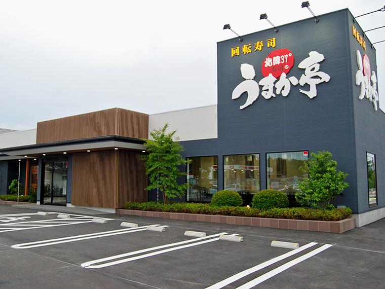 広い駐車場、店内には宴会もできる36名収容の座敷完備