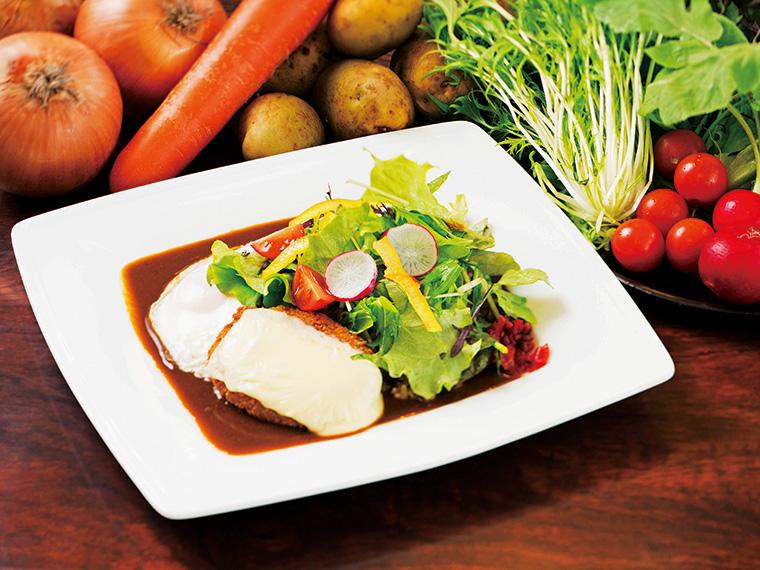 無農薬野菜を使ったサラダのトッピングが彩り豊かな『レストランドルフィン』(田村市船引町)の八彩カレー(700円)