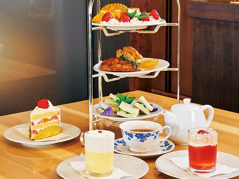 「ももたんカフェ」でアフタヌーンティーを(1,500円、要事前予約)。期間限定トマトゼリー(400円)も好評(営業7:00~17:00ラストオーダー)