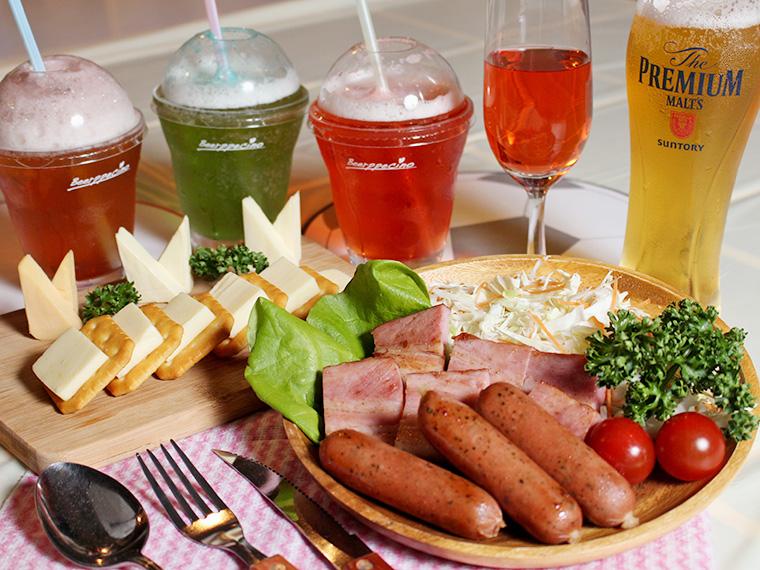 ベーコン・サラダ・ウィンナーの盛り合わせや、チーズなど、酒と一緒に楽しもう!